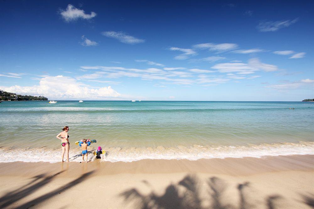купание на пляже камала