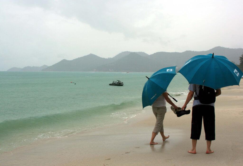 люди под проливным дождем пхукета