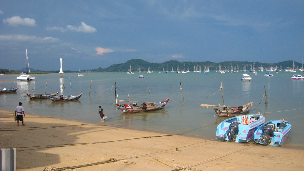 море пляж чалонг