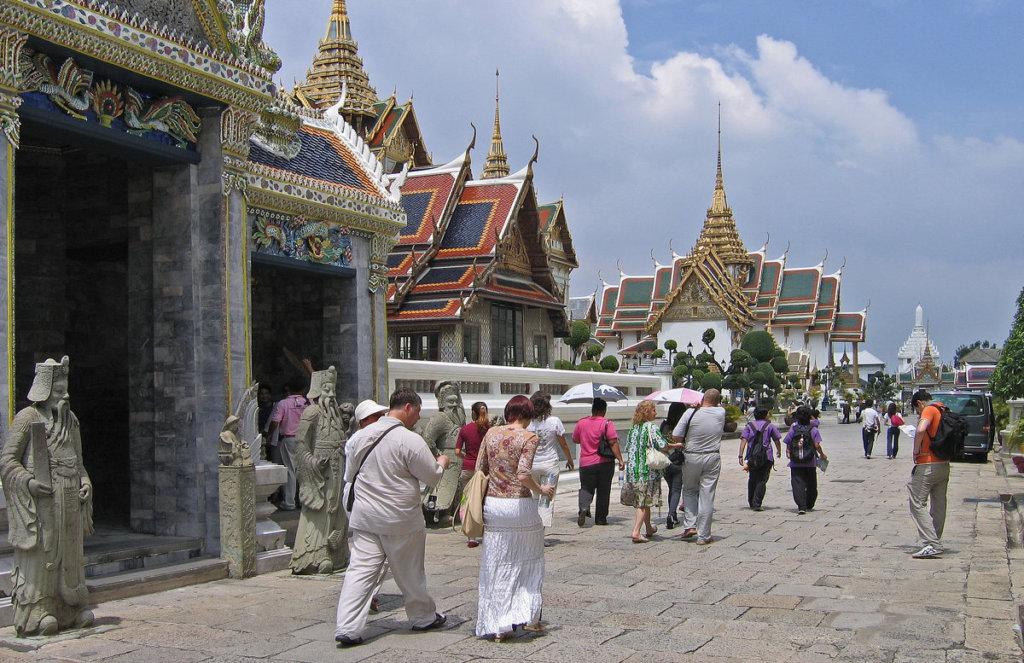 туристы в храме таиланда