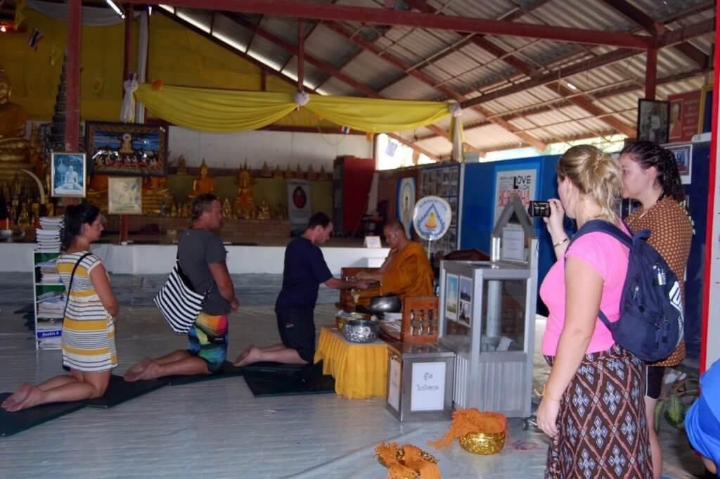 туристы в храме