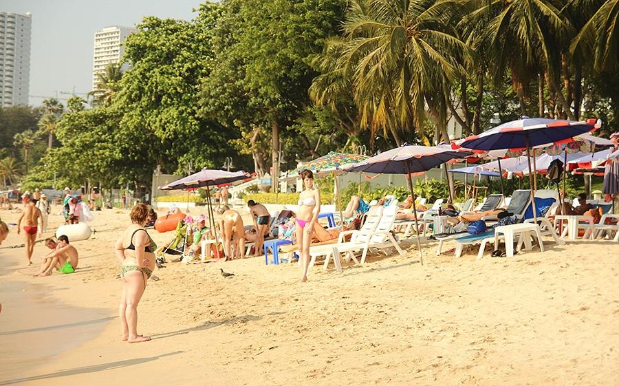 туристы на пляже вонгамат