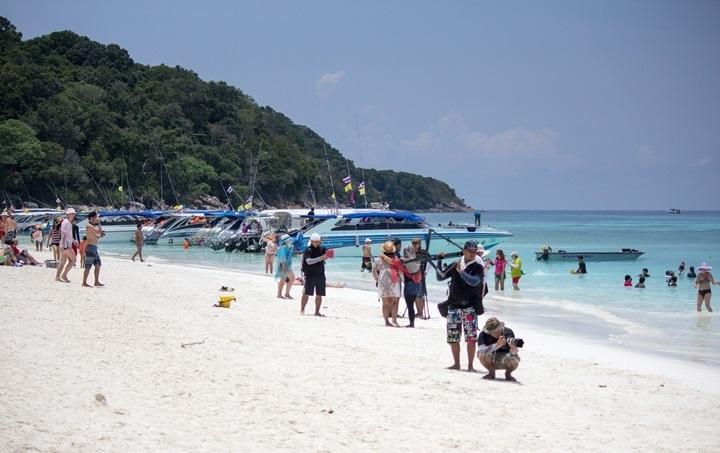 туристы остров тачай