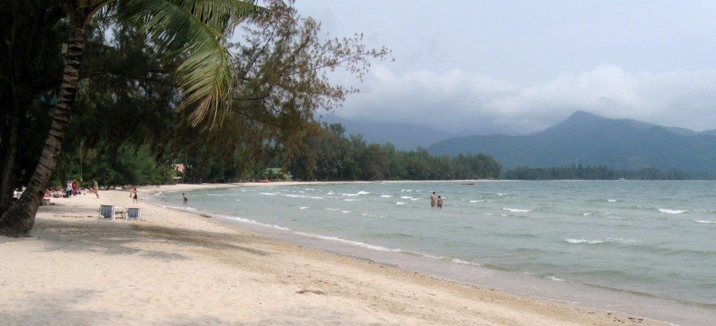туристы пляж клонг прао
